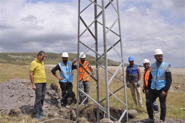 Kars'ta köylerin elektrik hatları yenileniyor