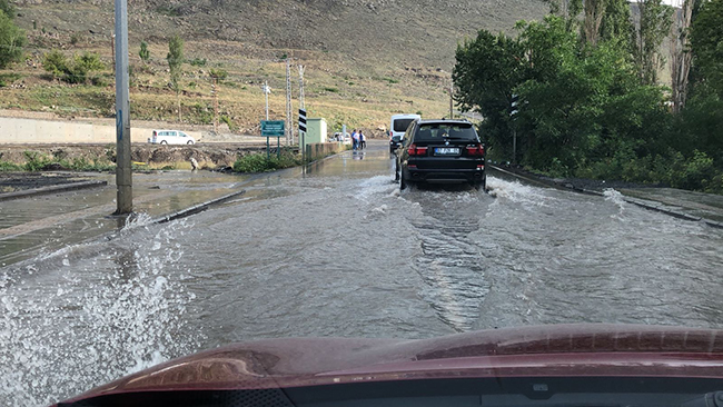 Kars'ta su patladı, cadde sular altında kaldı