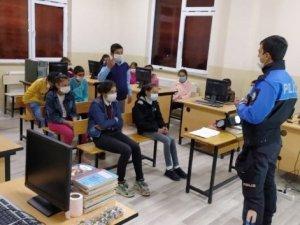 Kars polisi öğrencileri bilgilendirdi