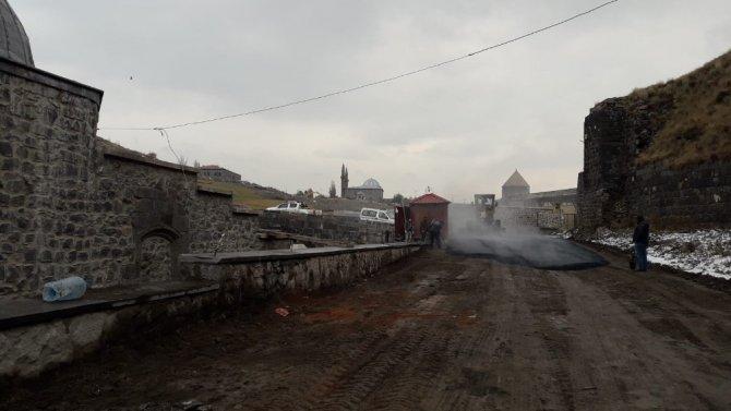 Belediye Dereiçi yolunu yapıyor