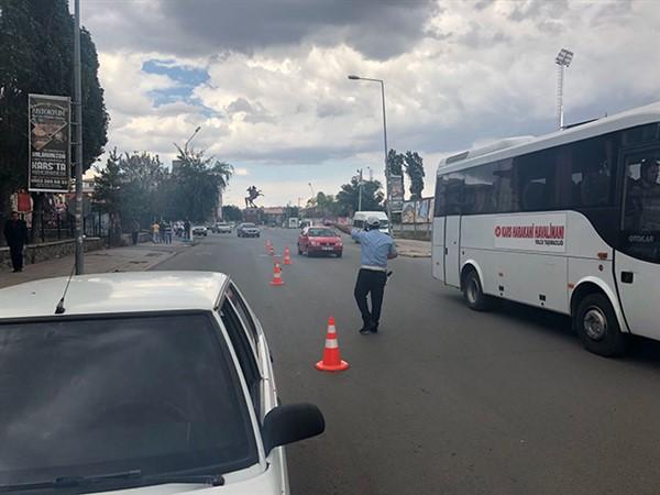 Kars'ta trafik polisleri zor anlar yaşadı