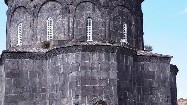 12 Havariler Kilisesi'nin duvarları otlanmaya başladı