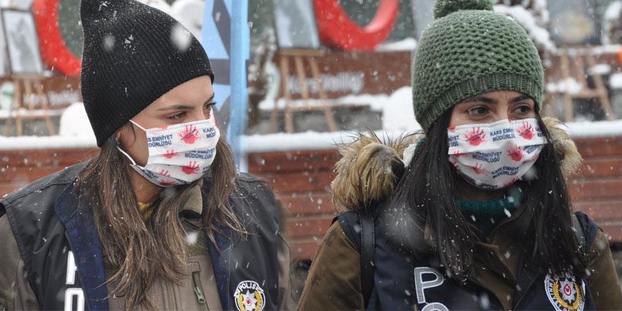 """Kars polisinden """"kadına şiddete hayır"""" maskesi"""