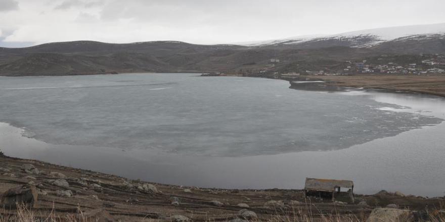 Çıldır Gölü'nde buzlar çözülmeye başladı