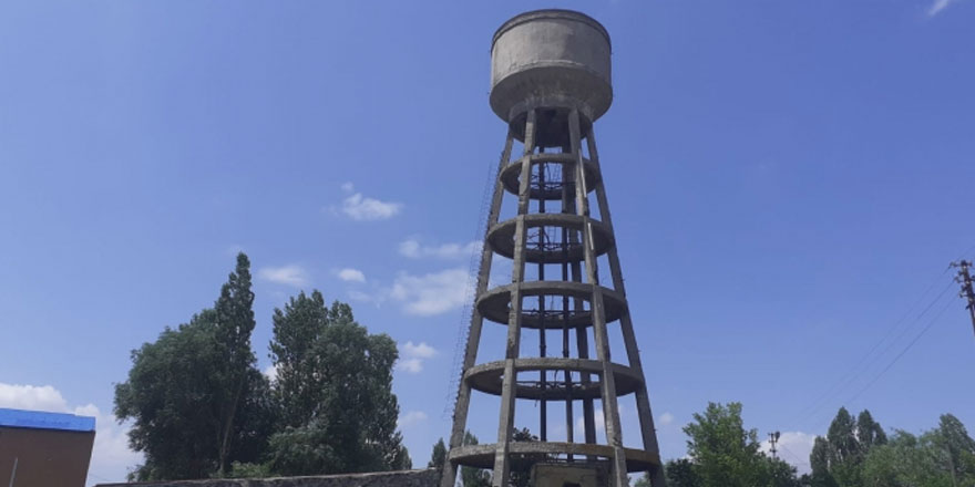 72 yıllık su kulesi çevre sakinlerini tehdit ediyor