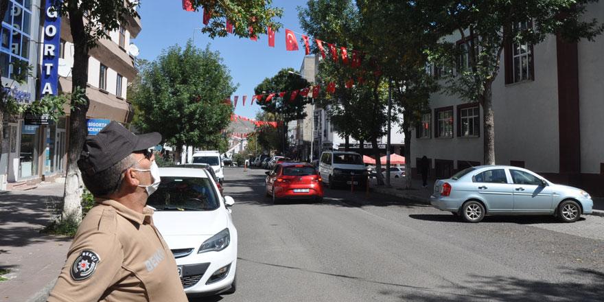 Kars'ta caddeler bayraklarla donatıldı