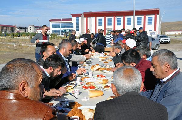 KAÜ'de alt yapı projelerinde çalışanlar kahvaltıda bir araya geldi