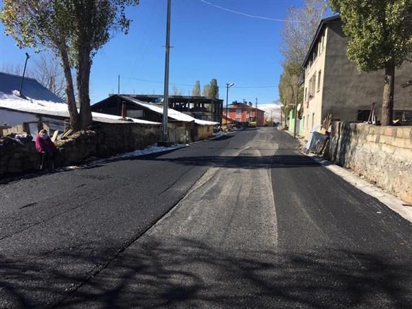 Sarıkamış'ta kışa rağmen asfalt çalışmaları sürüyor