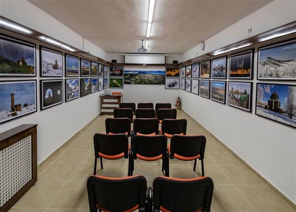 Fotoğraf Sanatçısı Özgen Beşli, işyerinde sanat galerisi kurdu