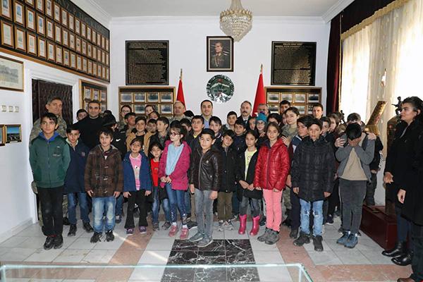 Vali Öksüz, çocuklarla birlikte Kazım Karabekir Kışlasını ziyaret etti
