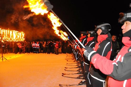 Şehitler anısına JAK timlerinden meşaleli kayak gösterisi