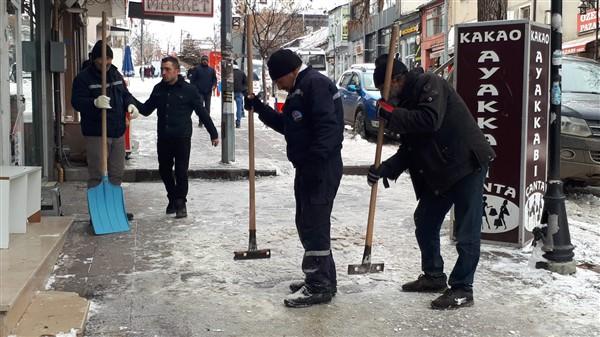 Kaldırımlarda oluşan buzlar el yordamıyla temizleniyor