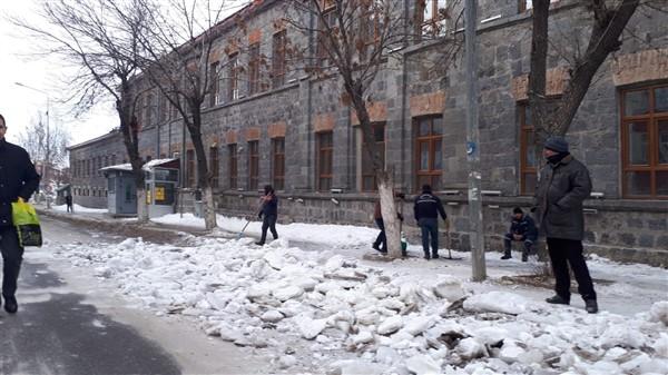 Vatandaşların buzla imtihanı devam ediyor