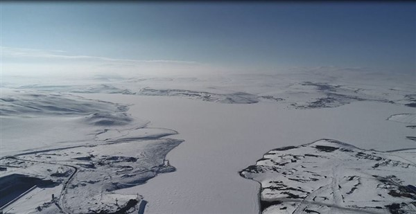 Kars Barajının göl yüzeyi çıldır gölü gibi buz tuttu