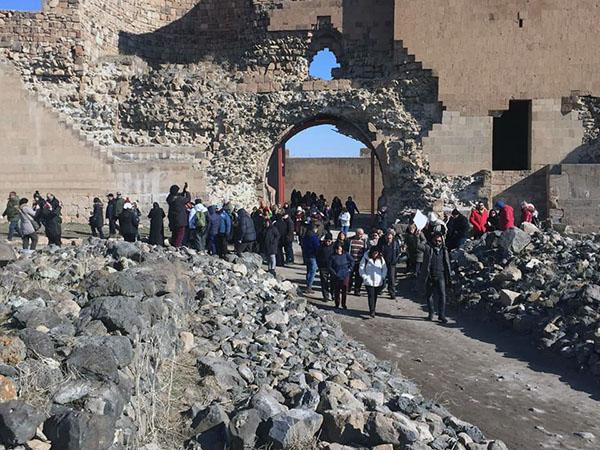 Anı Ören Yerinde turist grupları karışmasın diye flama taşıyorlar