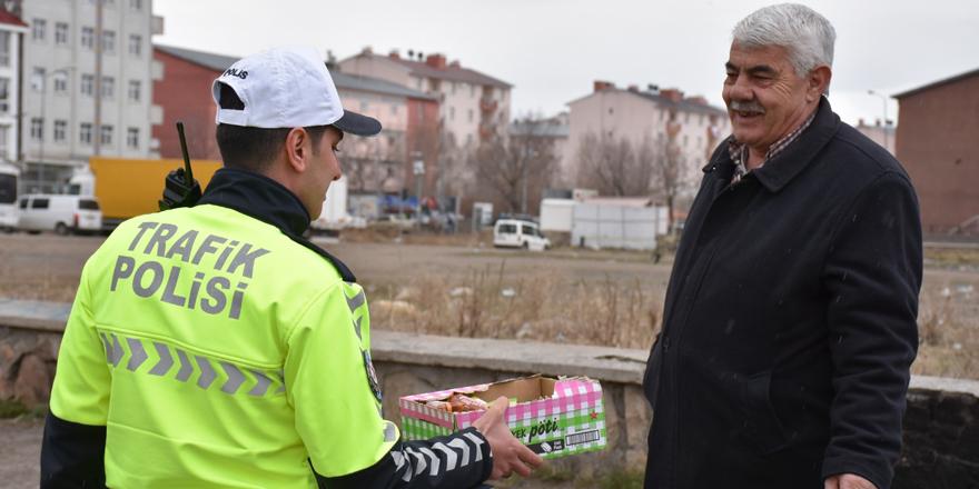 Kars'ta trafik polisleri çikolata ikram etti
