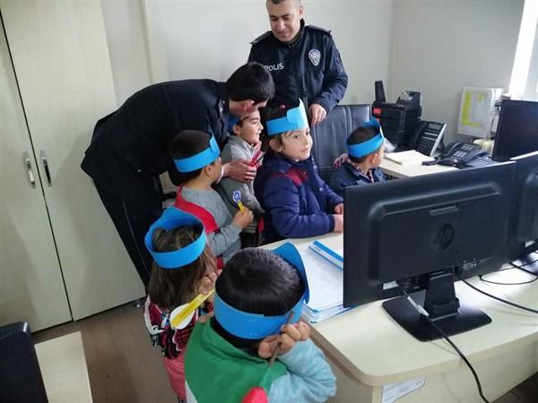 Minik öğrencilerden Polis abilerine kutlama ziyareti