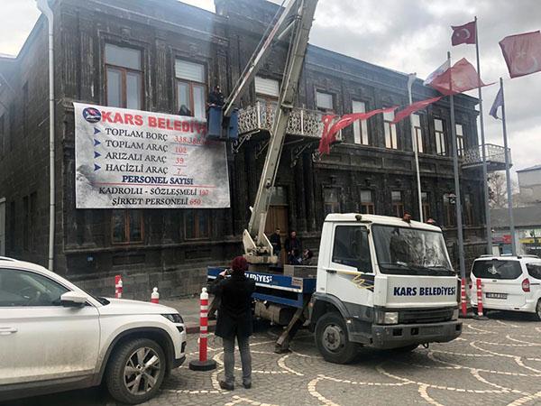 Kars Belediyesinin borç, araç ve personel sayısı Belediye binasına asıldı