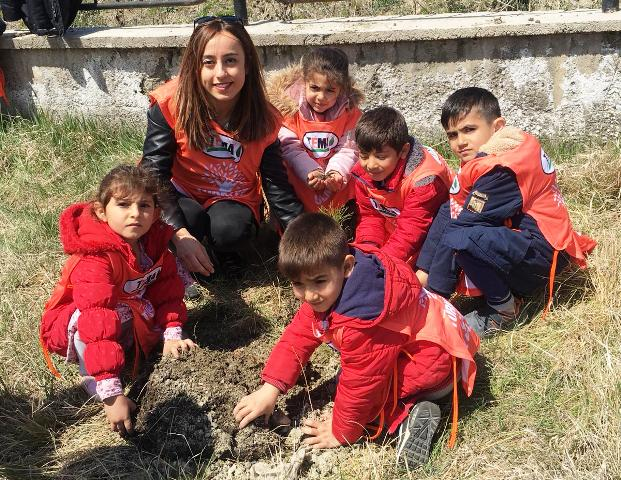 Kars'ta miniklerin ağaç sevgisine TEMA katkısı!