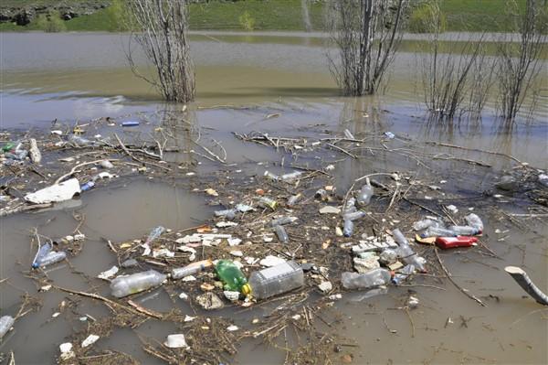 Dereiçine atılan çöpler ve hafriyat atıkları çevre felaketi oluşturuyor