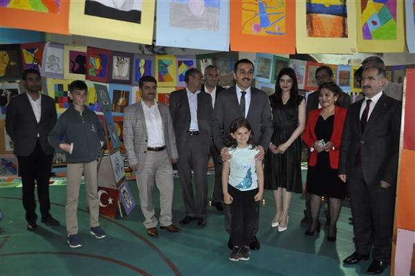 Vali Öksüz, Çelik Başarı Koleji öğrencilerin resim sergisini gezdi
