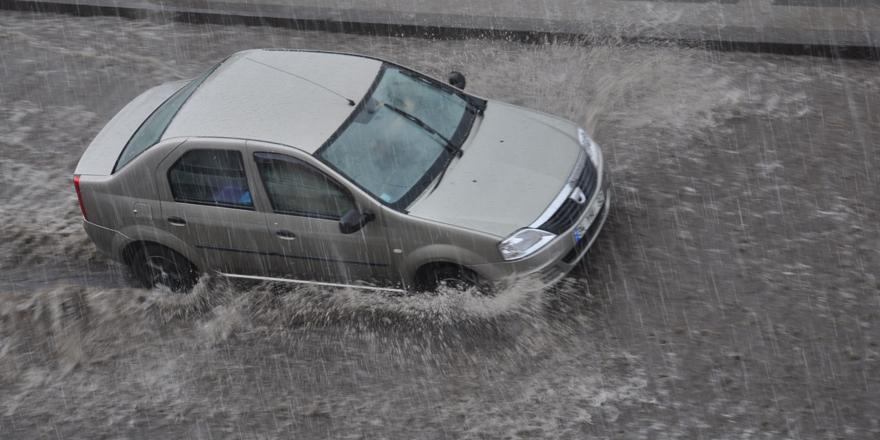 Kars'ta sağanak yağmur 15 dakikada caddeleri göle döndürdü