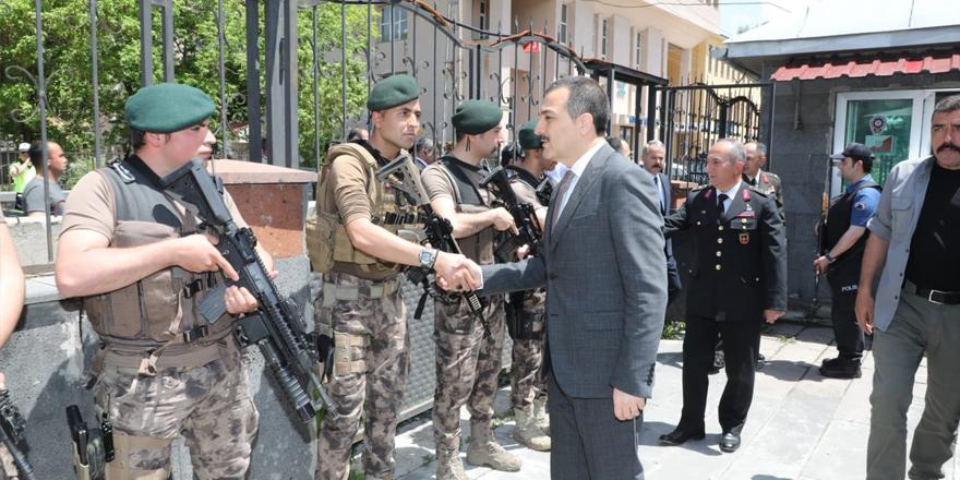 Kars Valisi polislerle bayramlaştı