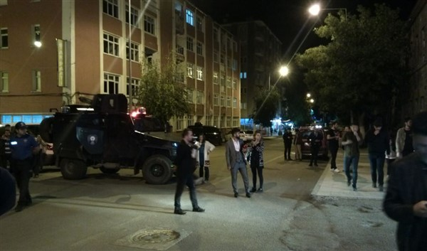 Kars'ta, AK Parti yakınındaki şüpheli çanta fünye ile patlatıldı