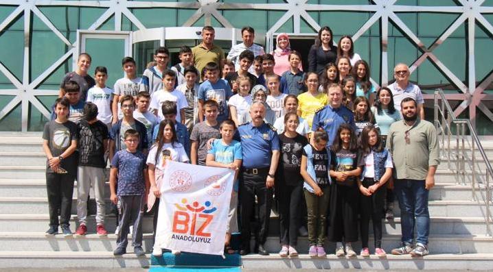 Uşak'tan gelen öğrenciler, Emniyet Müdürü Ümit Bitirik'i ziyaret etti