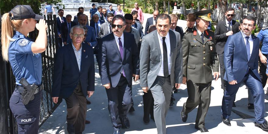 Vali Öksüz'den şehitlik ve polis merkezi ziyareti