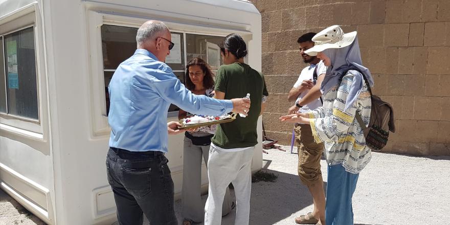 Doğanay, turistlerin bayramını kutladı