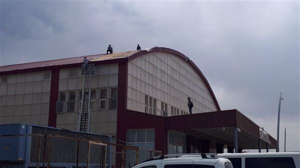 Üniversitenin savrulan çatıları onarılıyor