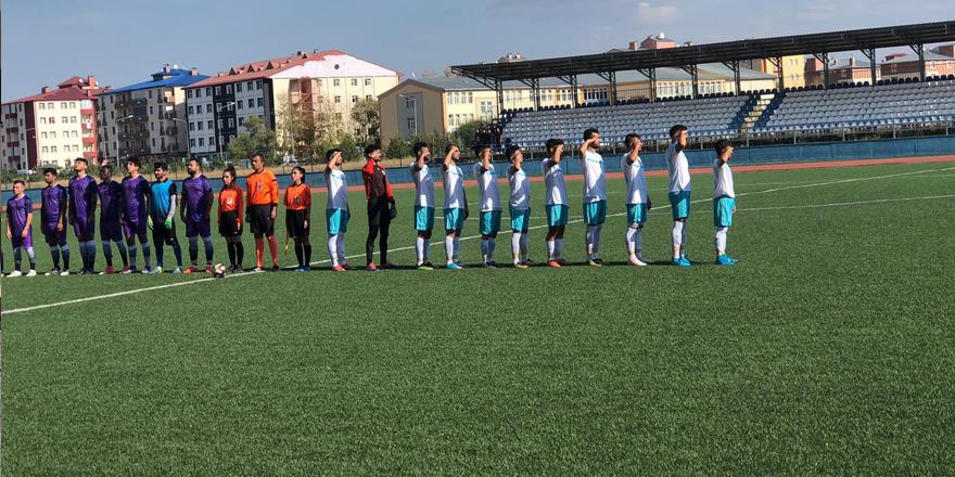Kars'ta dostluk maçında Mehmetçiğe selam gönderdiler