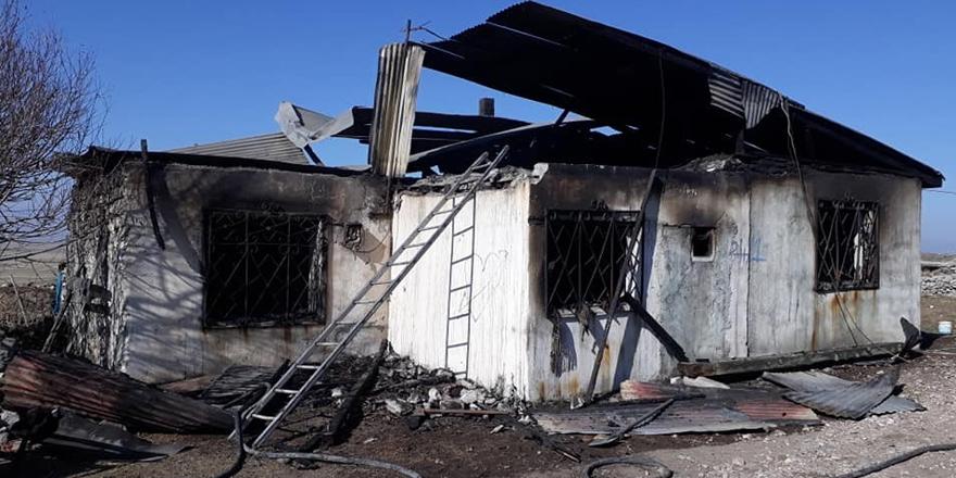 Kars'ta tek katlı ev alev alev yandı