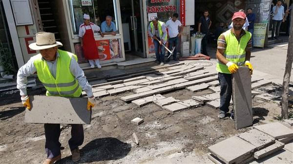 Kazımpaşa Caddesinin kaldırımlarını yeniliyor