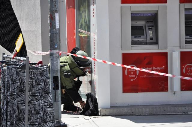 ATM'de unutulan çanta polisi alarma geçirdi