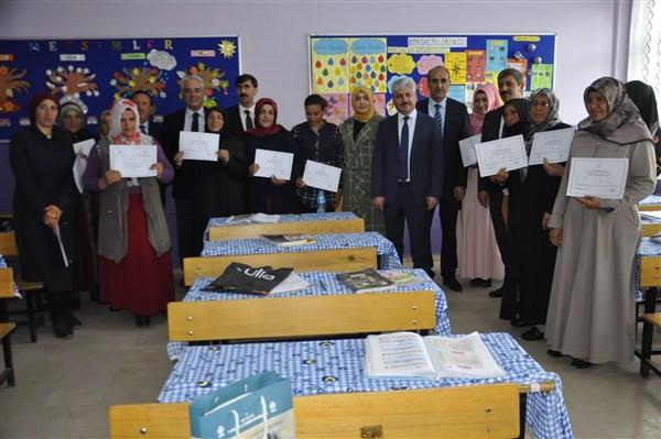 Okur yazar olan 18 kadına belgeleri verildi