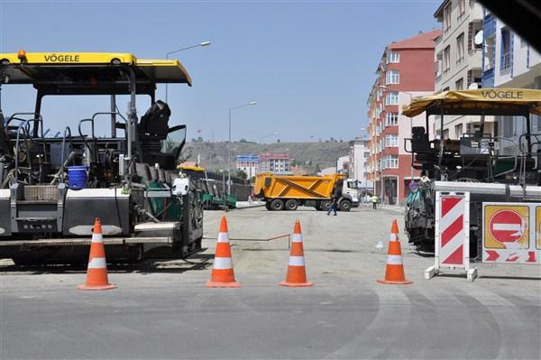 Karayolları Kars'ın şehir içi bağlantı yollarını da sıcak asflat yapıyor