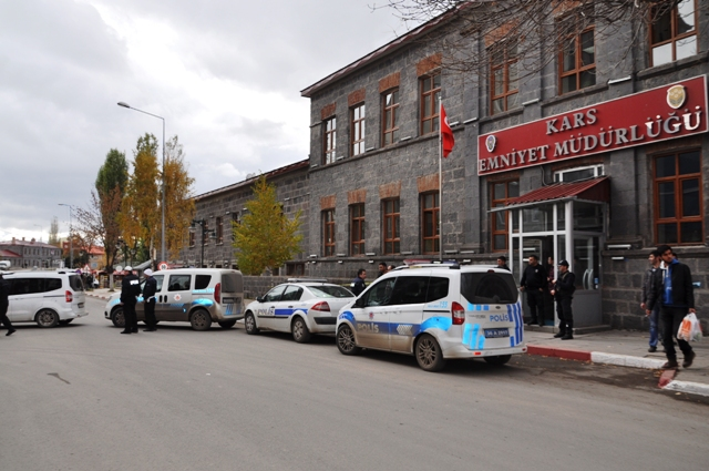 Kars'ta araması olan 52 şahıs yakalandı
