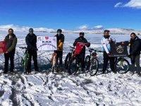 Donmuş Çıldır Gölü üzerinde bisiklet keyfi