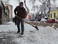 Kars esnafı kar birikintilerini temizledi