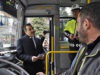 Vali Öksüz, araçları durdurarak sürücüleri uyardı