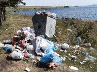 Çıldır Gölü Kütük Ev'in yanında bulunan mesire alanına gelişi güzel atılan çöpler, mesire alını adeta çöplüğe çevirdi.