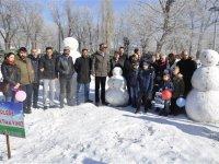 Öğrencilere karne hediyesi; kardan heykeller