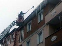 Kars Belediyesi, çatılarda oluşan buz sarkıtlarını kırıyor