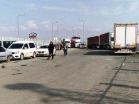 Yüzlerce araç Türkiye sınırında bekliyor