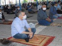 Kağızman'daCuma namazı pazar yerinde ve balkonda kılındı