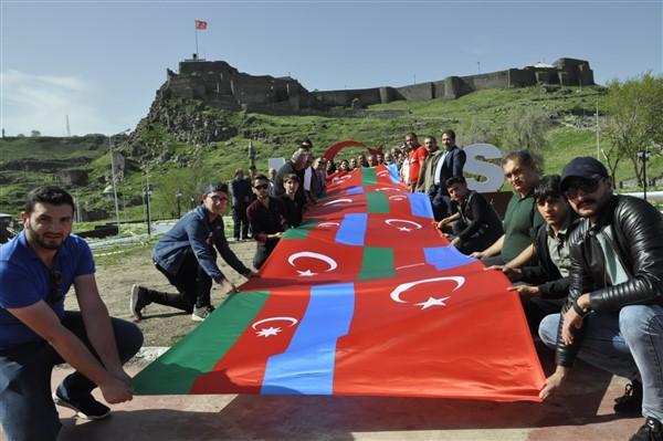 'oluler-ve-deliler'-azerbaycan'dan-once-ilk-kez-kars'ta-sahnelendi-(1).jpg