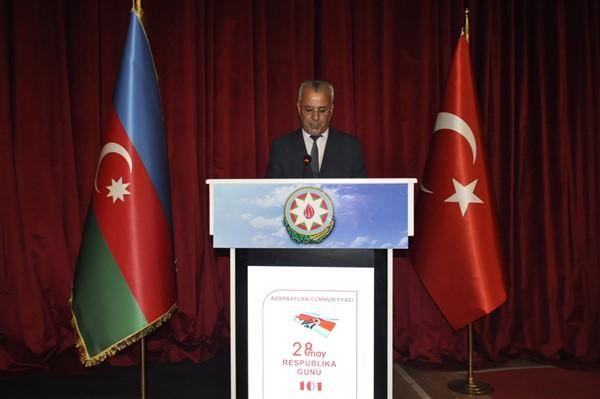 'oluler-ve-deliler'-azerbaycan'dan-once-ilk-kez-kars'ta-sahnelendi-(10).jpg