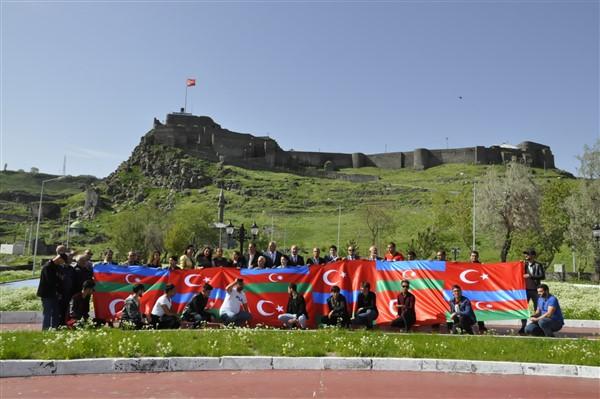 'oluler-ve-deliler'-azerbaycan'dan-once-ilk-kez-kars'ta-sahnelendi-(3).jpg